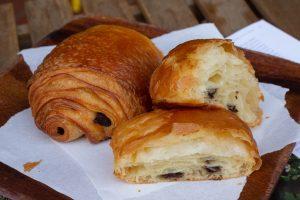 "alt=""croissant, pain au chocolat, raisin roll"""